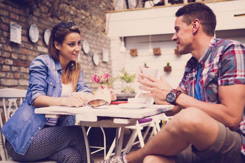 Rencontrer une femme dans un bar et savoir si on lui plait